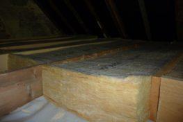 Plaatsing van glaswol op de zoldervloer afgewerkt met bruggen en OSB – platen